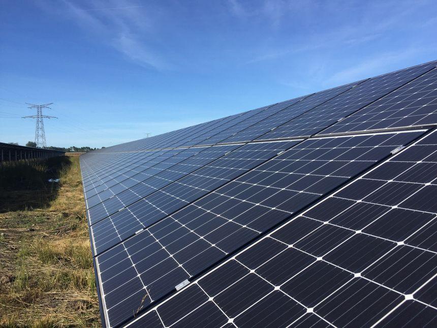 La ferme solaire de Saint-Magne comporte 40 000 panneaux photovoltaïques.