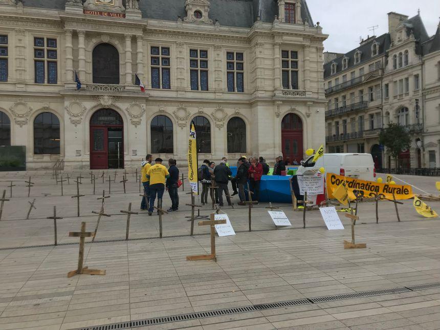 Devant la mairie de Poitiers.