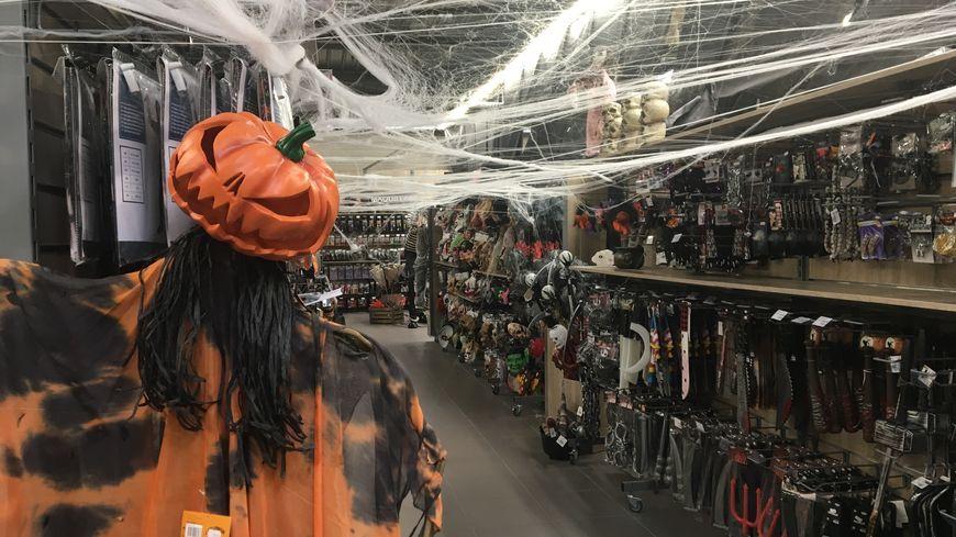 Les magasins de déguisement se préparent depuis 2 mois pour Halloween, et ils mettent le paquet !