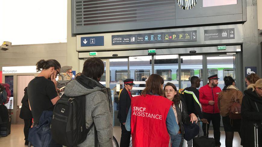De nombreux trains ont été supprimés sur l'ensemble du réseau normand, comme au départ de la gare de Caen.