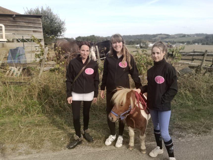 Stella, Sarah et Alexia conduiront Apache pour Halloween.
