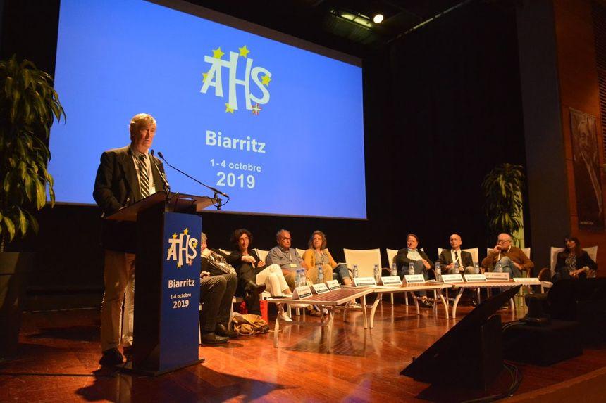 Le colloque ATHS 2019 de Biarritz (au pupitre le docteur Daulouède) - Aucun(e)