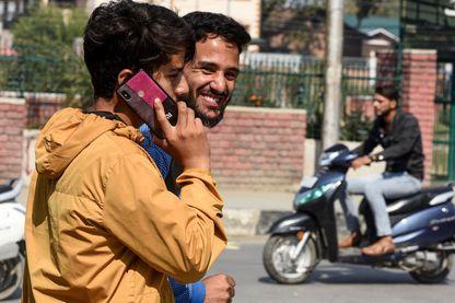 Des habitants de Srinagar profitent de leurs téléphones portables, dont ils étaient privés depuis 2 mois au Cachemire indien (14 octobre 2019)