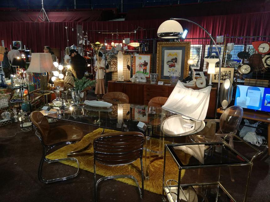 Des d'objets de décoration et des meubles sont à vendre au salon du vintage