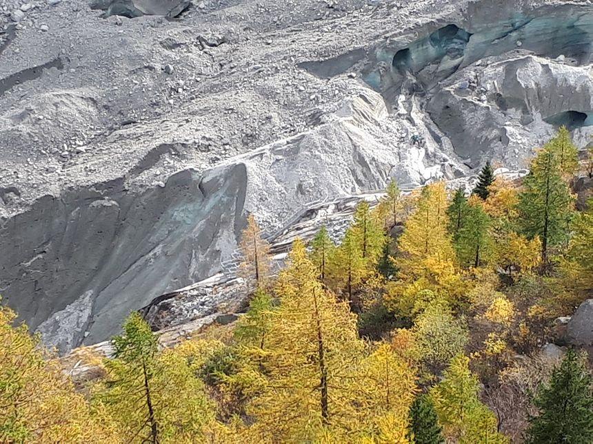 La glace recouverte de pierres sur  la langue terminale de la Mer de glace