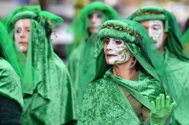 Des activistes de XR habillées de vert, près de Westminster.