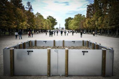 """L'oeuvre """"Gardens, 2018"""" de Lois Weinberger dans le jardin des Tuileries pour la FIAC Hors les murs"""