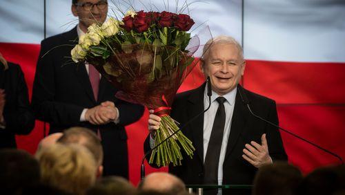 Les conservateurs nationalistes au pouvoir en Pologne célèbrent leur victoire aux élections législatives