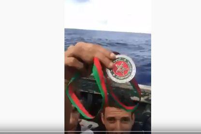 Anouar Boukharsa, champion marocain de taekwondo jetant sa médaille à la mer