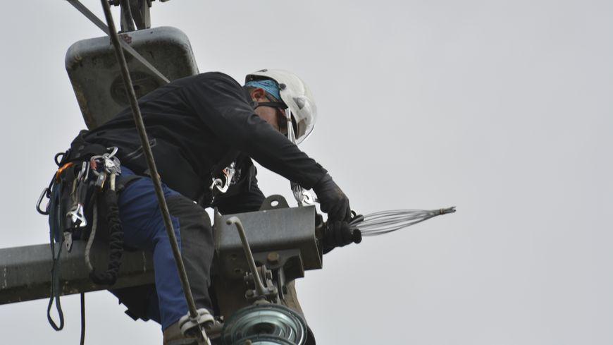 Ce mercredi 2 octobre, des techniciens RTE ont installés des dispositifs de protection sur la ligne électrique à 63 000 volts située entre Bourgoin-Jallieu et La-Tour-du-Pin (Isère).
