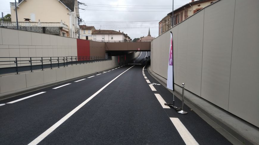 Le nouveau pont ferroviaire remplace l'ancien passage à niveau.