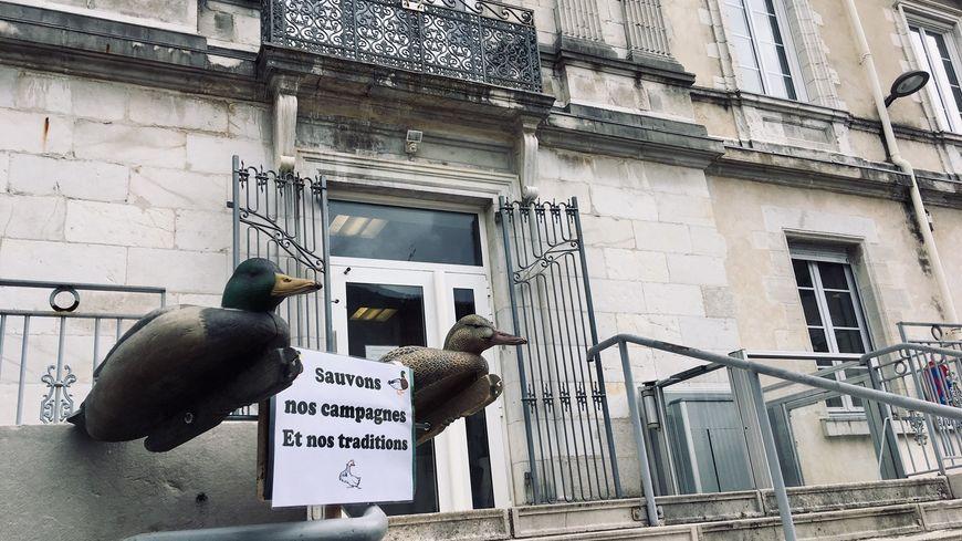 L'entrée du tribunal de Dax décoré par le comité de soutien de la propriétaire des canards.