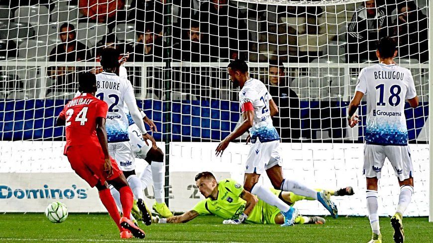 Sur un centre Mathieu Michel, le gardien de l'AJA, laisse échapper le ballon, Grenoble ouvre la marque via Djitte