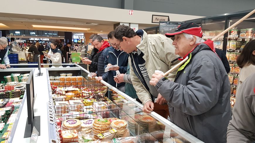 Les agriculteurs de la FDSEA font du contre-étiquetage sur les produits d'un supermarché.