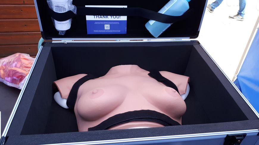 Le buste en silicone de la ligue contre le cancer en Sarthe