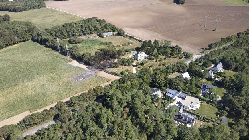 Sur cette photo on voit la trace de l'avion qui a fini sa course dans un champ de mais