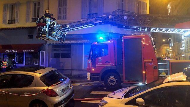 Les pompiers ont procédé à l'évacuation des clients du restaurant et des habitants de l'immeuble