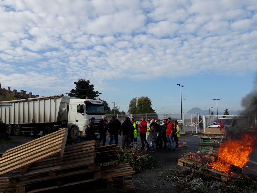 Des salariés de la sucrerie de Bourdon devant le site