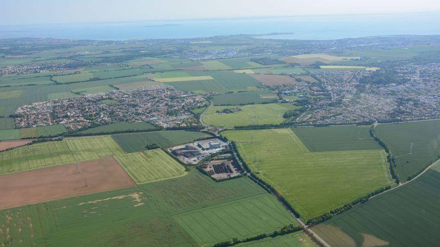 Au premier plan, les deux usines qui inquiètent les habitants de Saint-Rogatien (à gauche), et Périgny (à droite).