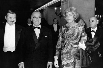 Georges Pompidou et son épouse Claude lors d'une soirée, 1960 en France.