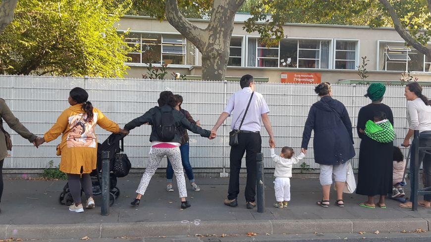 Des parents d'élèves de Saint-Denis font depuis plusieurs mois une chaîne humaine devant l'école contre le trafic de drogue. Septembre 2019.
