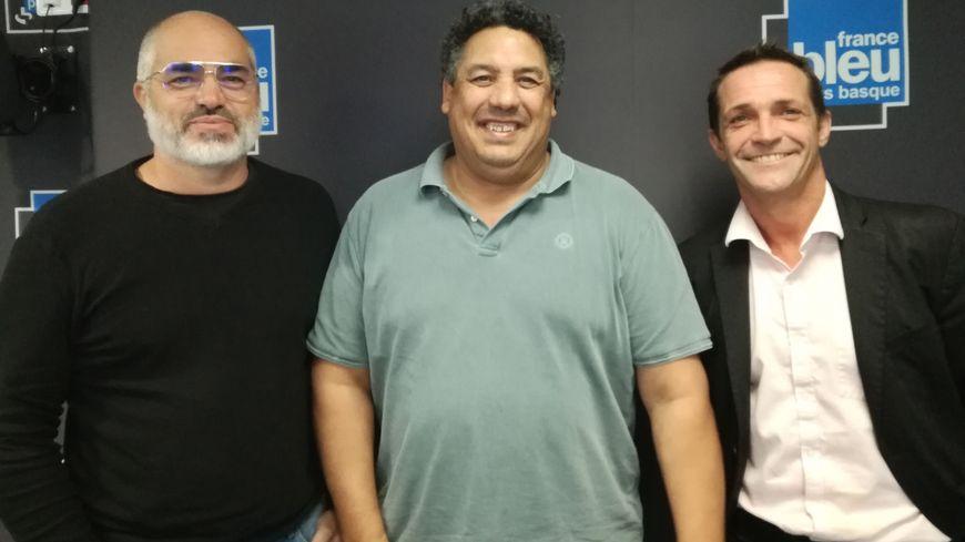 Serge Blanco, entouré de Xabi Ipharraguerre (à droite) et Nicolas Bernet, dans 100% Club sur France Bleu Pays Basque