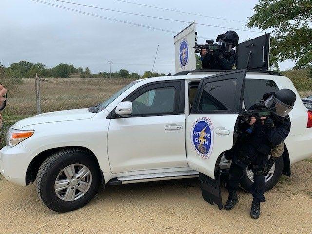 Ce véhicule blindé pèse plus de 4 tonnes. En temps normal, il n'est pas siglé, comme tous les autres véhicules utilisés par l'antenne GIGN de Tours - Radio France