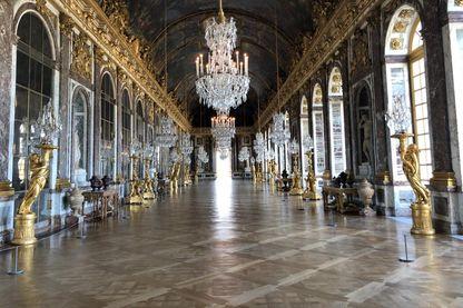 La galerie des glaces, vide, à Versailles