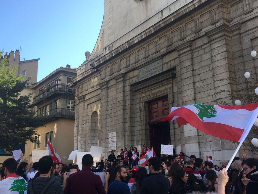 Environ 300 personnes se sont rassemblées en soutien au peuple libanais : essentiellement la communauté franco-libanaise de l'Isère.