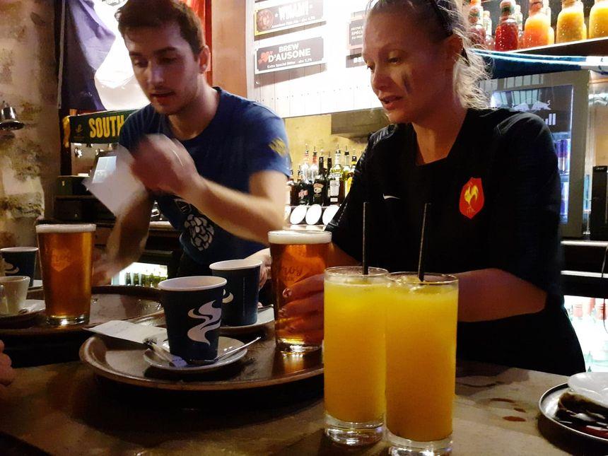 Bières et jus d'orange à l'heure du petit-déjeuner.