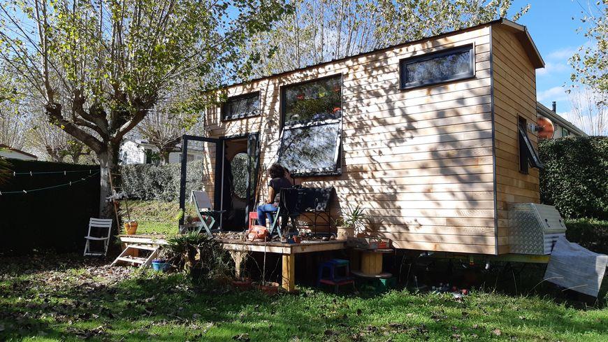 L' une des rares Tiny Houses au Pays Basque, celle de Typhaine Dulhauste installée au camping d'Urt en attendant de trouver un terrain