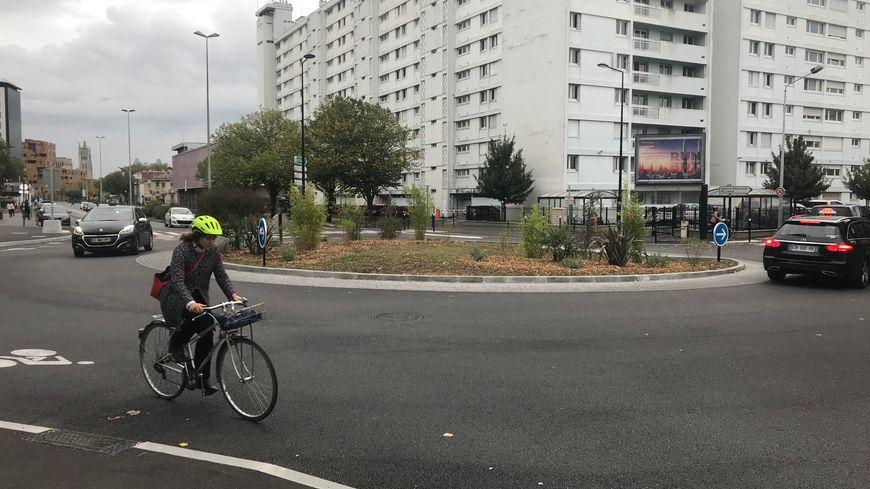 Le nouvel aménagement cours du Maréchal Juin à Bordeaux, devant la bibliothèque Mériadeck, laisse de la place pour la piste cyclable.