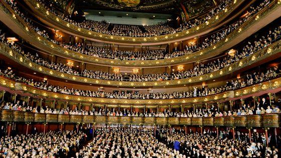 Vue de la salle et du public lors du gala d'adieu de l'ancien bâtiment du Metropolitan Opera House, situé entre la 39ème rue et Broadway le 16 avril 1966, et avant son déménagement au Lincoln Center