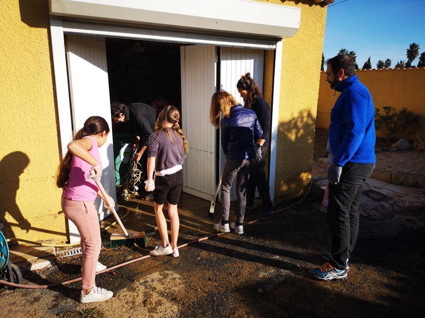 Les jeunes s'activent pour rendre l'espace propre assez rapidement