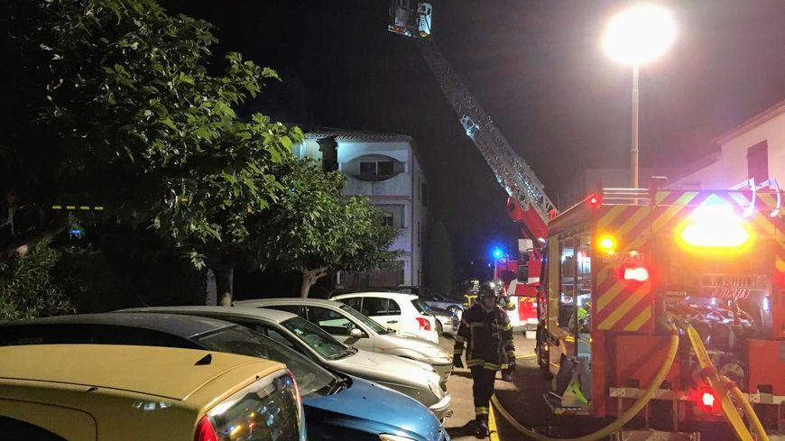 Le feu a pris dans un appartement du 2ème étage. L'occupant a été brûlé aux bras