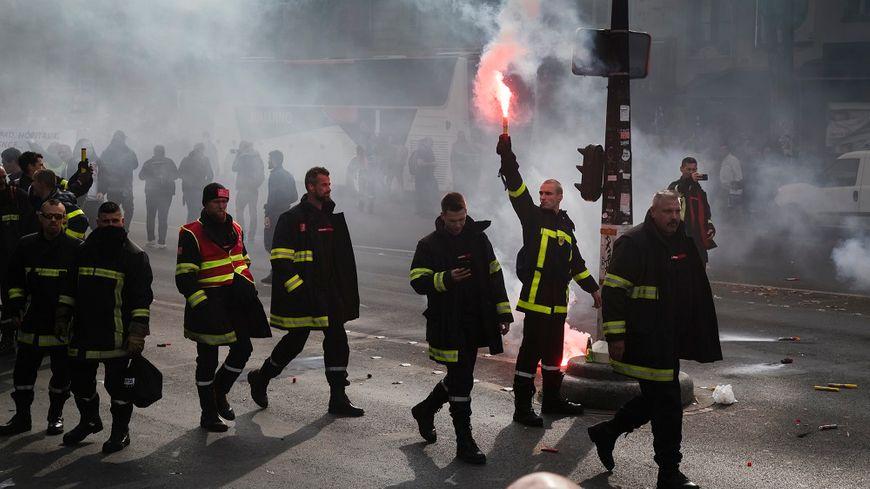 Dans la manifestation des pompiers à Paris, ce mardi.