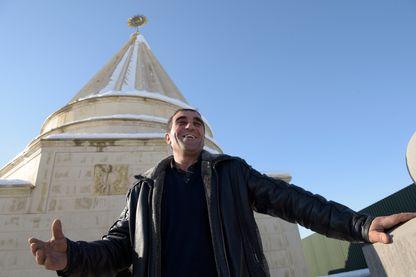 Inauguration d'un temple yézidi : vingt-cinq mètres de haut, entièrement de marbre blanc venu d'Iran et de granit poli, de forme ronde avec huit absidioles couronnées de huit flèches de pierre et une rotonde centrale