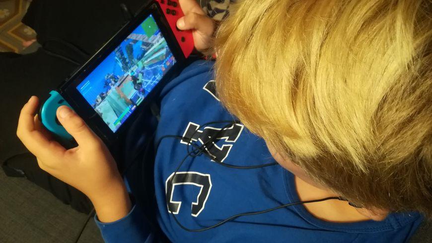 """De nombreux enfants vont jouer au jeu vidéo """"Fortnite"""" pendant les vacances de la Toussaint"""