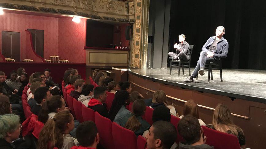 Après la pièce, les comédiens débattent avec le public