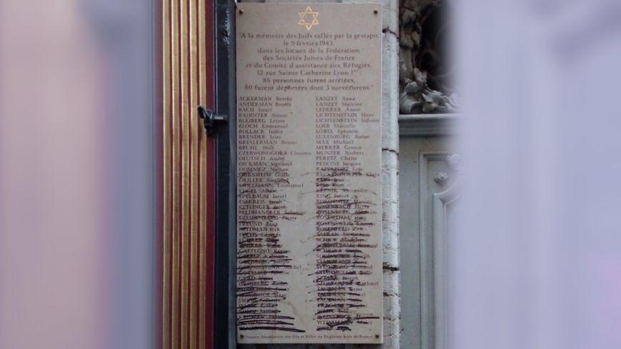 La plaque vandalisée est située au 12 rue Saint-Catherine dans à Lyon (1er arrondissement)