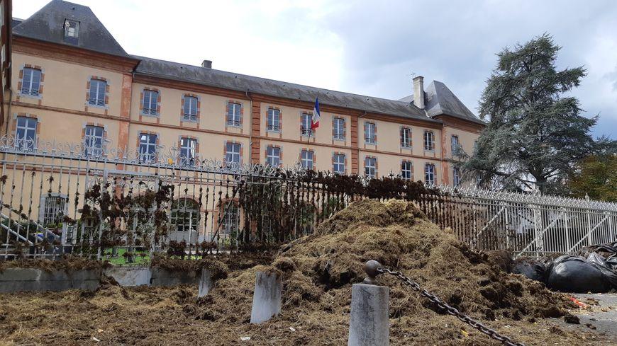 Les éleveurs, en colère, ont déversé du purin sur la préfecture.