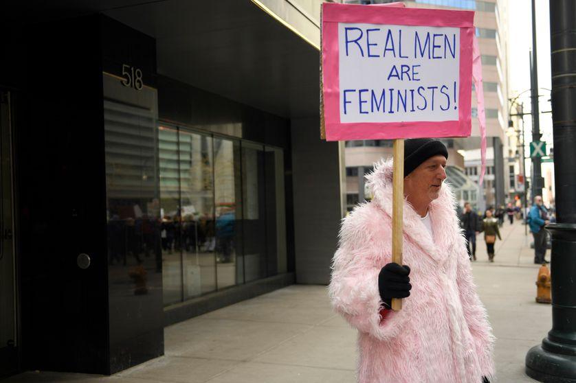 """""""Les vrais hommes sont féministes!"""" brandit cet homme, lors d'une marche des femmes pour protester contre la candidature de Trump, au lendemain de son élection (Denver, le 21/01/2017)"""