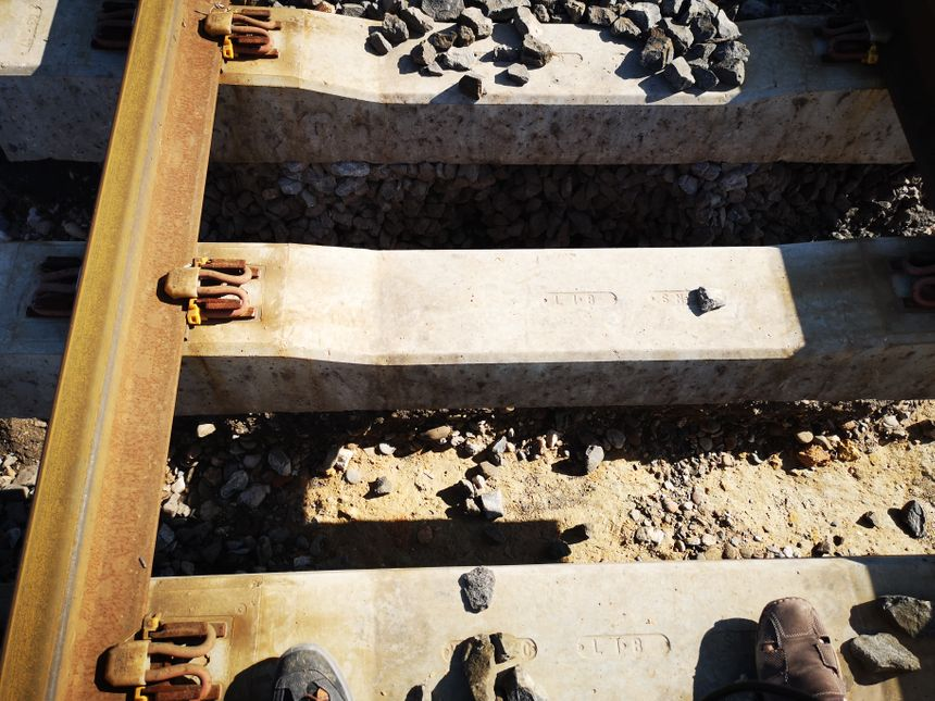 Les cailloux entassés sous cette voie n'ont pas résisté et ont été emportés par l'eau (Villeneuve-lès-Béziers)