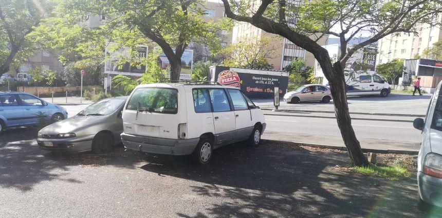 Deux épaves sur le parking d'une résidence à Montesoro