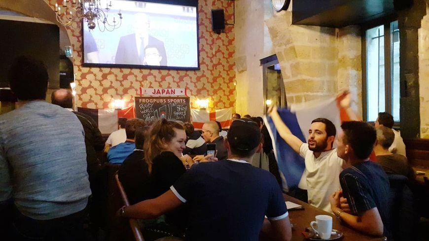 Café et bière à l'heure du petit-déjeuner pour supporter le XV de France.