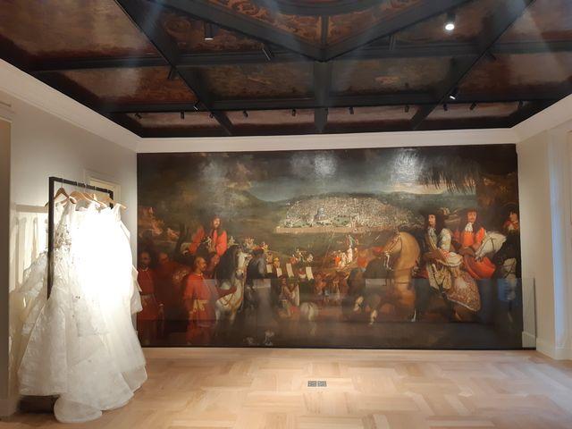 La toile trône au fond du salon des robes de mariées Oscar de la Renta