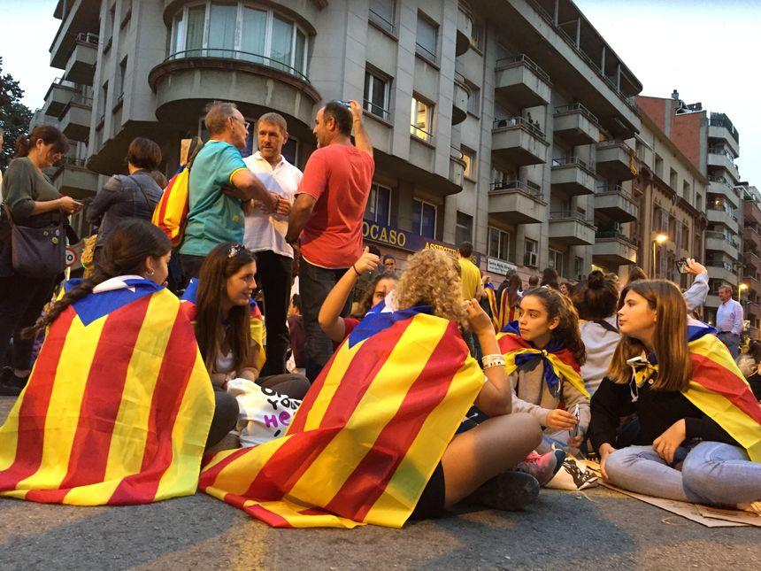De jeunes indépendantistes bloquent un boulevard prés de la gare de Gérone
