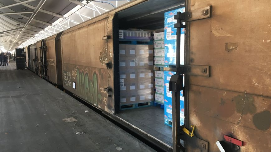 À Rungis, un wagon réfrigéré du train des primeurs.