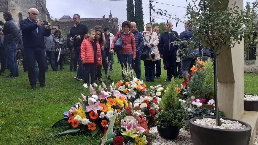 Des gerbes de fleurs ont été déposées au pied d'une stèle en hommage aux victimes à Puisseguin.