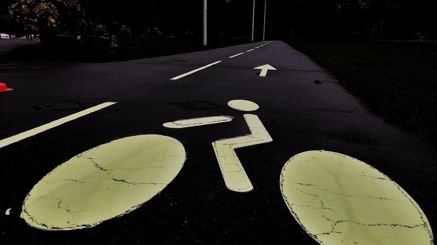 Depuis le 17 octobre, Annecy (Haute-Savoie) teste une peinture phosphorescente pour une meilleure visibilité la nuit de ses pistes cyclables